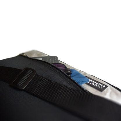 Chigs Messenger Bag - Geräumiges Fontfach auf der Vorderseite